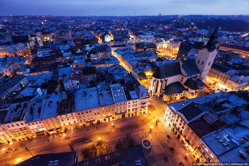Lviv's Old Town at night ©  skyandmethod.com