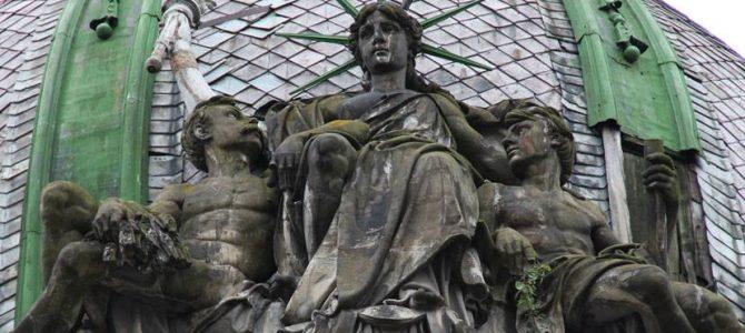 """""""Свобода», «Ощадність», а може Ізіда чи Геката? То ж кого зображено на колишньому приміщенні Галицької ощадної каси?"""