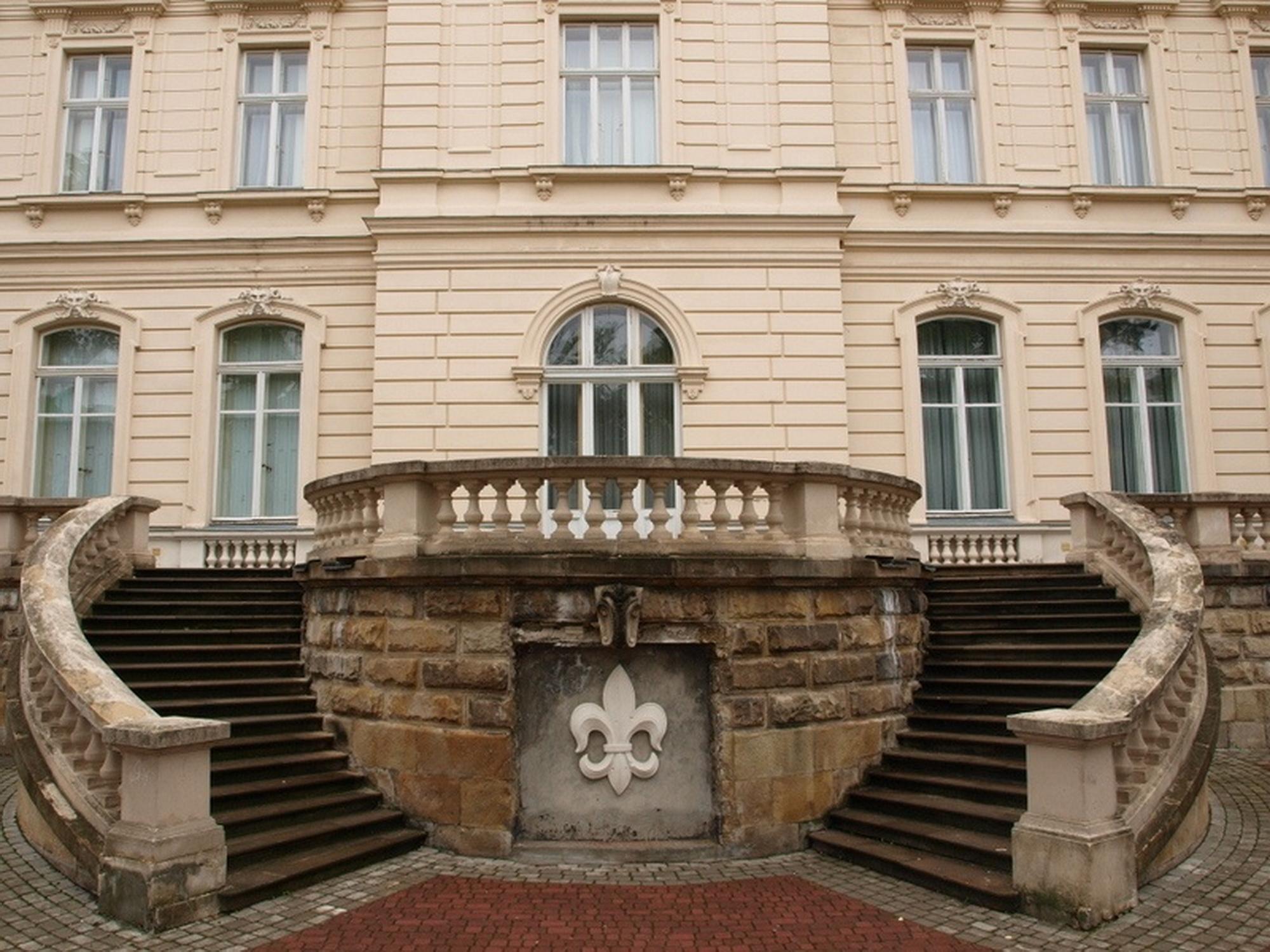 Тераса зі сходами з внутрішньої сторони палацу © discoverukraine.com.ua
