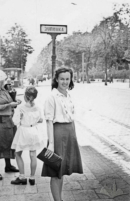 Трамвайна зупинка на вул. Cталіна (тепер С. Бандери) Автор: Невідомий. 1950-1955 рр.  © lvivcenter.org