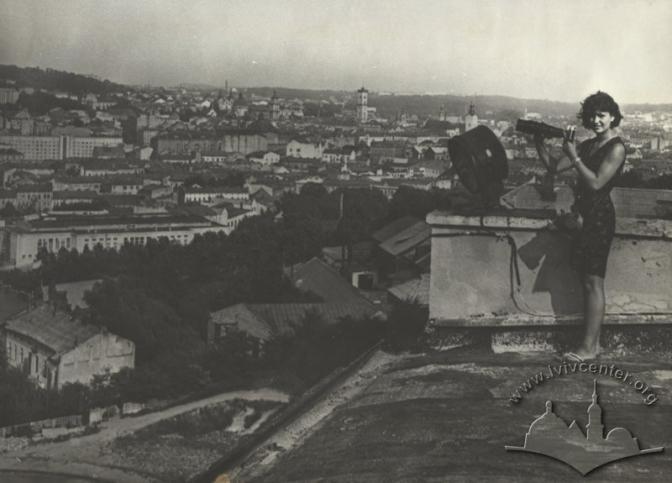 Фотографиня на даху. Автор: Невідомий. Дата: 1960-1991 © lvivcenter.org