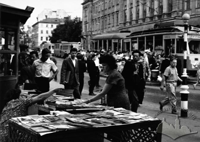 Книжковий кіоск за театром ім. Марії Заньковецької Автор: Невідомий. 1964 р. © lvivcenter.org
