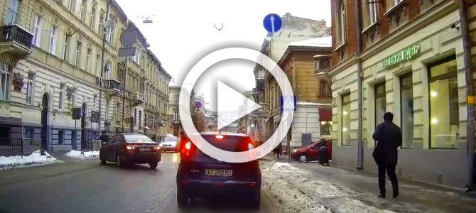 Ніколи не переходьте дорогу, не пересвідчившись, що всі(!) транспортні засоби зупинилися (відео)