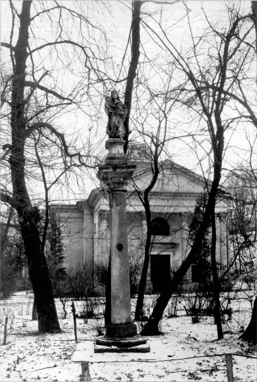 Колона з Богоматір'ю перед закладом Оссолінських. Фото 1938-1939 рр.