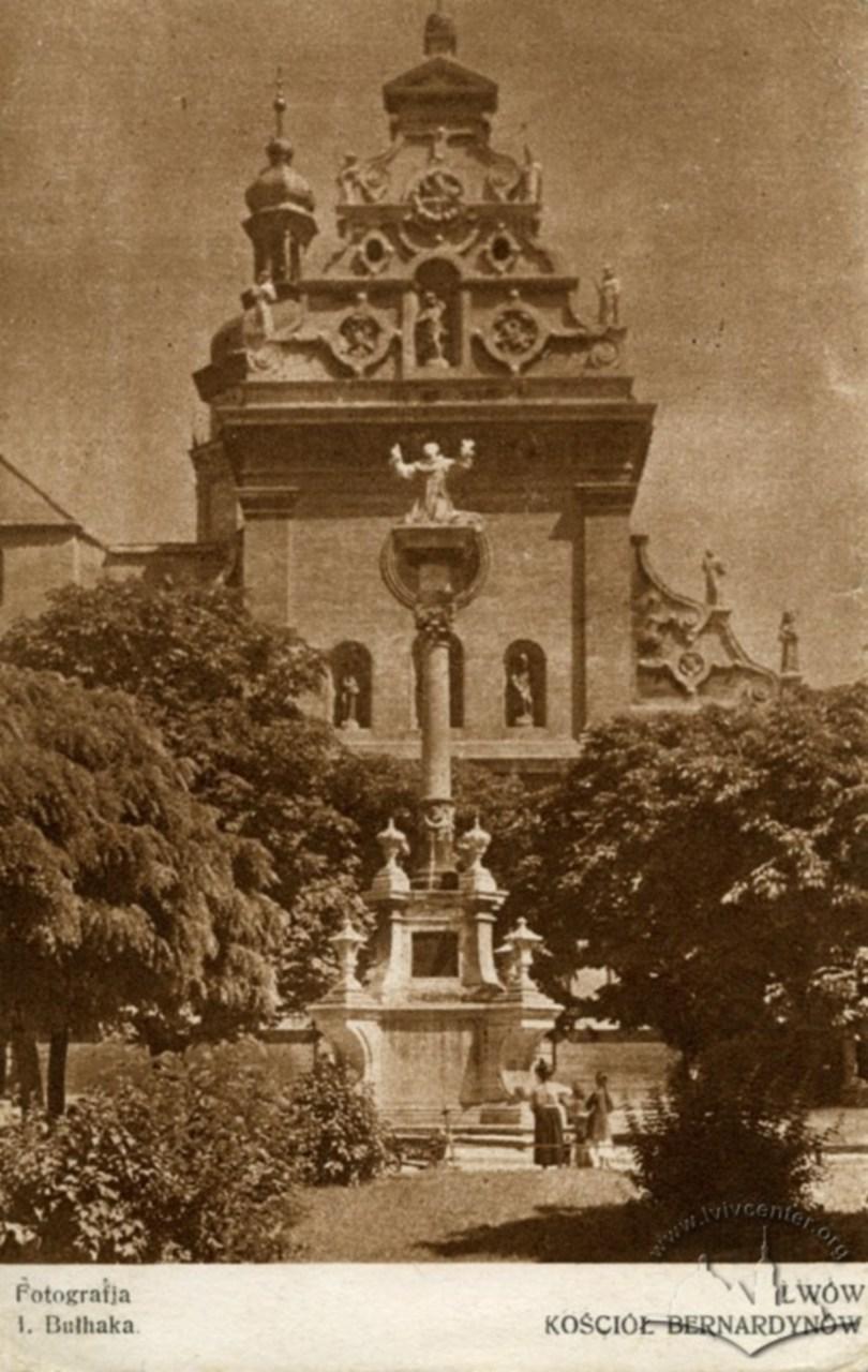 Колона та фігура Яна з Дуклі перед костелом Бернардинів. Фото 1926 року