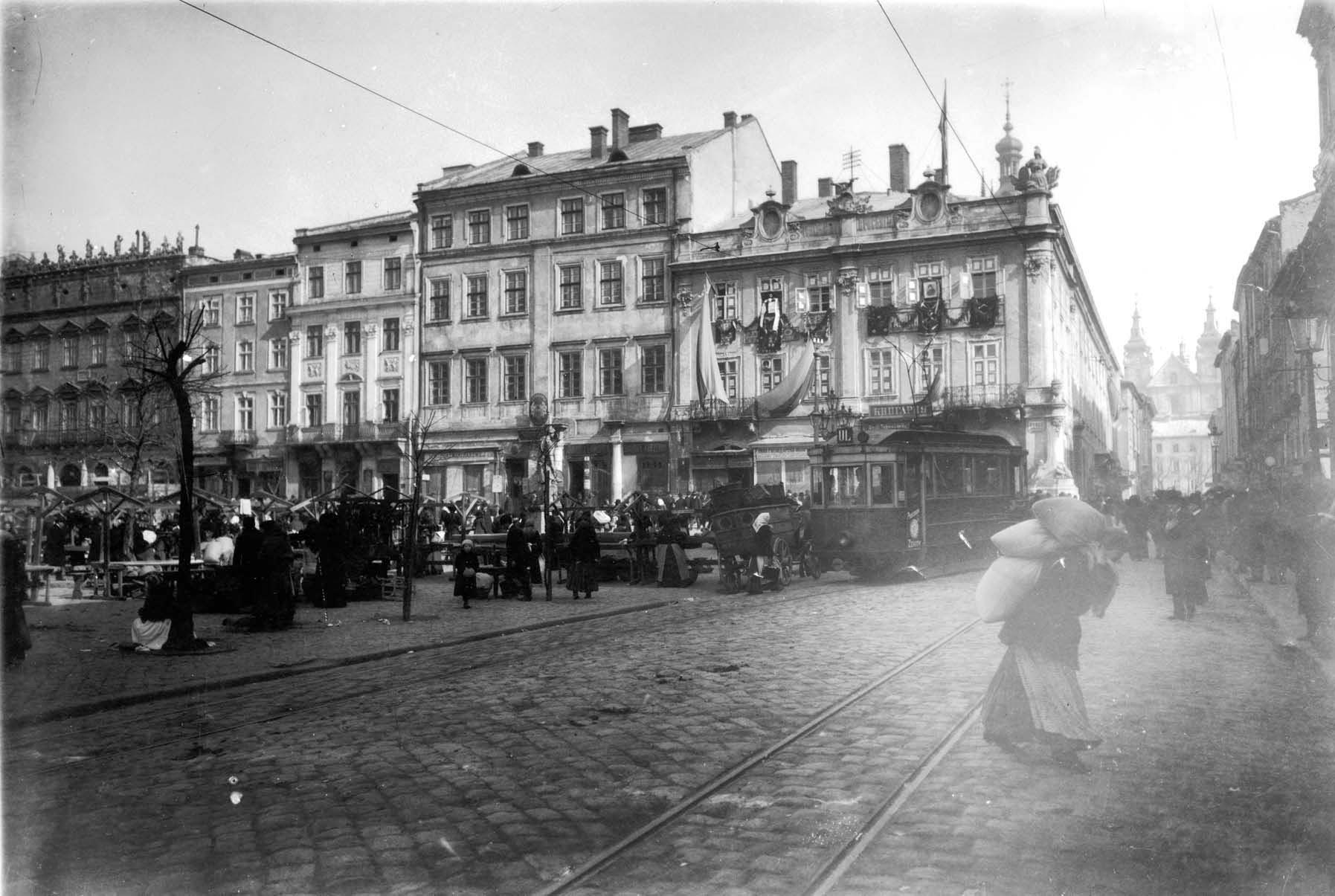 Площа Ринок. Четвертий зліва – Палац латинських архієпископів