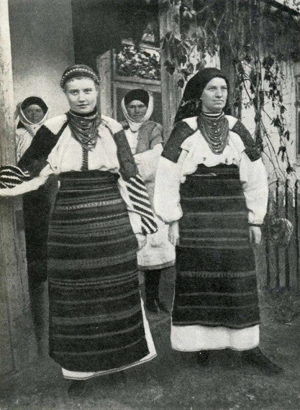 с.ело Кривче, Борщівський район, Тернопілля. Дівчина і жінка в літніх строях