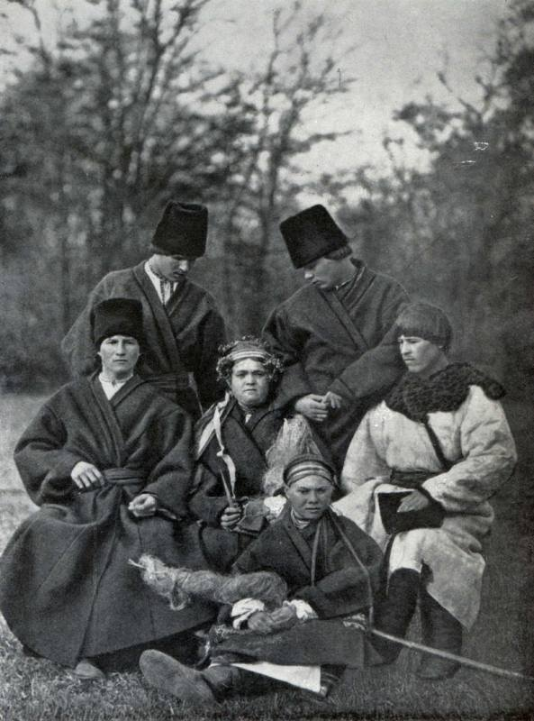 Весільна група в зимовому одязі. Поділля. Початок ХХ століття.