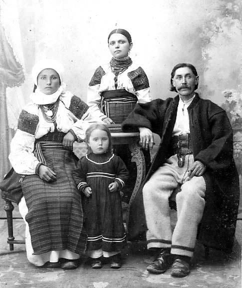 Покутяни. Родина у святковому вбранні. Городенка. Кінець 19 - початок 20 ст.