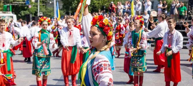Дали гопака! Як львів'яни відзначили День Конституції (фото, відео)