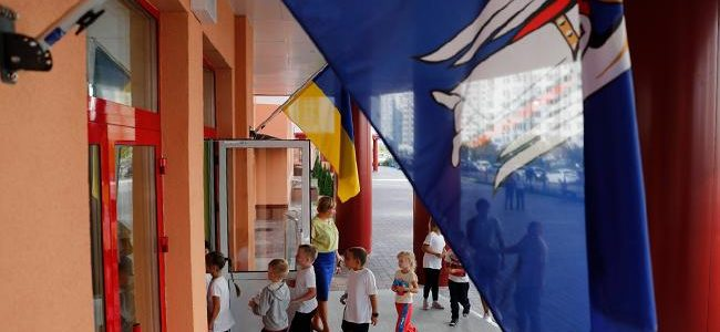 Проводжали зі сльозами на очах: львівські вчителі поїхали викладати в луганські школи