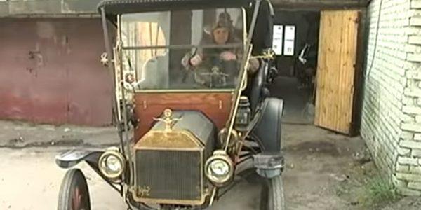 Львів'янин своїми руками зібрав раритетне авто відомої марки