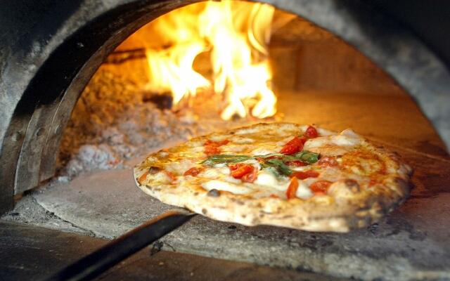 піца в печі