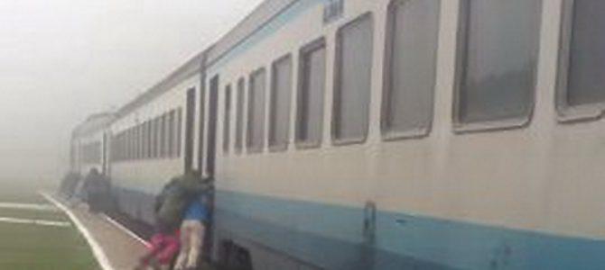 На Закарпатті пасажири штовхали поїзд, щоб завести двигуни (відео)