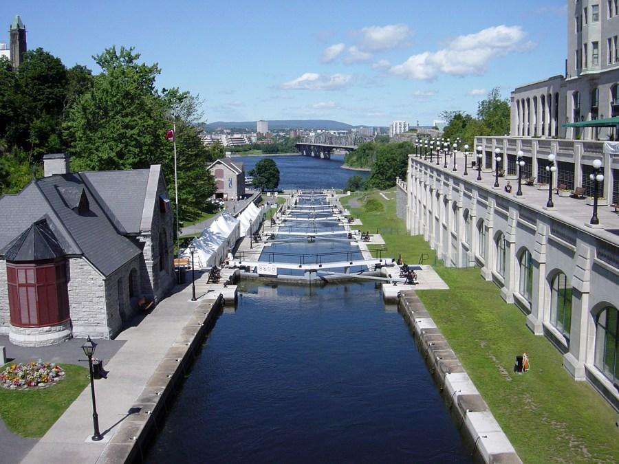 Каскад шлюзів на каналі Рідо у Канаді.