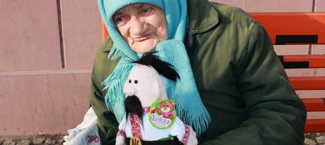 """""""Вони для мене, мов синочки та донечки"""": Незвичайна волонтерка з Дніпра"""