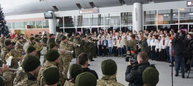 У Львівському аеропорту виступив оркестр у пам'ять про кіборгів