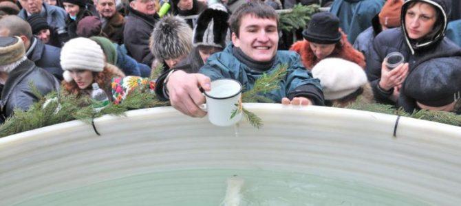 Відгомін Водохрестя: весело про львів'ян, які розбивають носи один одному в черзі за святою водою