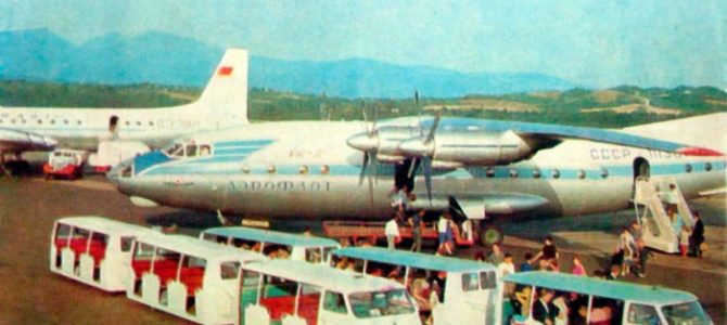 Крилатий кінотеатр: як у Львові показували фільми в літаку
