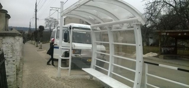 В Золочеві встановили зупинку громадського транспорту задом наперед