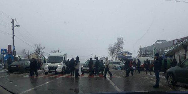 Мітингувальники на день перекрили дорогу до двох прикордонних пунктів на Львівщині