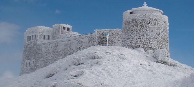 Біле диво на синьому тлі: Незвичні світлини з гори Піп Іван (ФОТО)