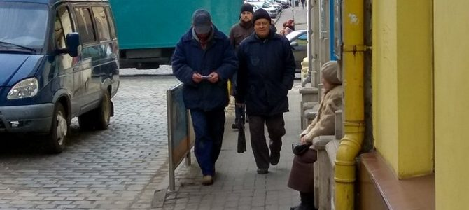 Львівська бабуся, яка чекає рідних на вулиці Коперника, 32