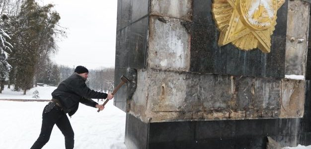 У Львові невідомі розбивають Монумент Слави