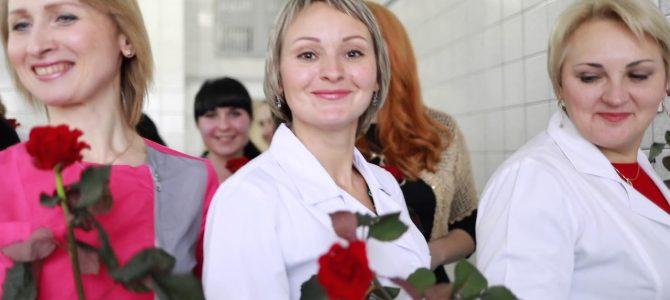 Креативно: Українки у захваті від оригінального привітання чернігівських лікарів (відео)