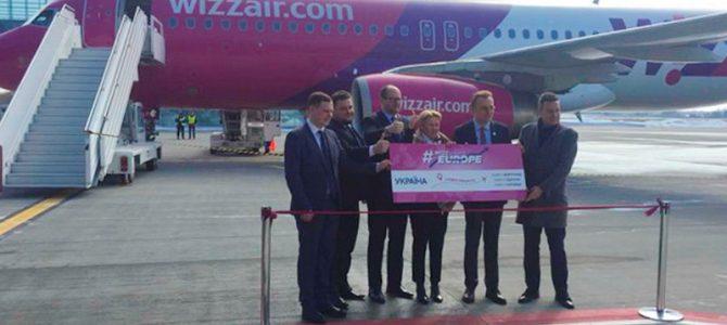 Перший пішов: До Львова прибув літак з Гданська (фото)