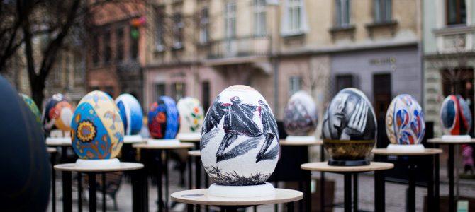 Просто неба у Львові триває фестиваль унікальних велетенських писанок (фото)