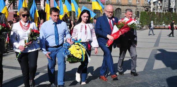Фото дня: У Львові українці з поляками відзначили День Конституції Польщі