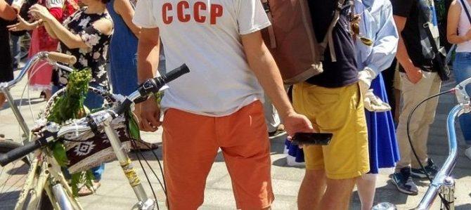 У Львові чоловік прийшов на ретро-свято в центрі міста у футболці з написом «СССР» (ФОТО)