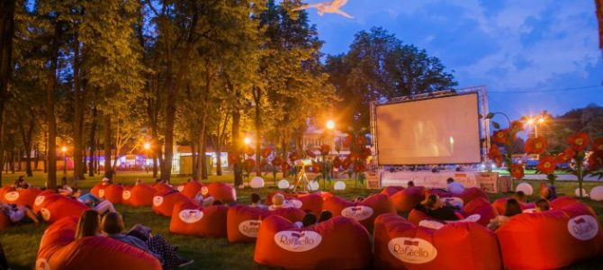 Львів'ян запрошують на романтичні кінопокази просто неба у Стрийському парку