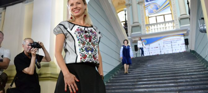 Стильні та сучасні: у Львові педагоги з 36 країн світу продефілювали у національному вбранні