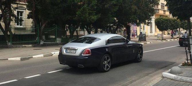 Свекруха чиновниці Львівської митниці їздить на автомобілі за 300 тисяч доларів