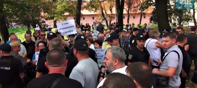 У Львові люди закидали помідорами проросійських провокаторів за спекуляції на «соціалці» (фото, відео)
