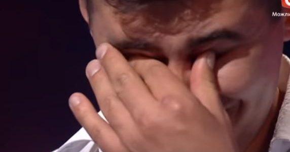 """Судді аплодували стоячи, а зала ридала: хлопець з Прикарпаття вразив співом на шоу """"Х-Фактор""""(відео)"""