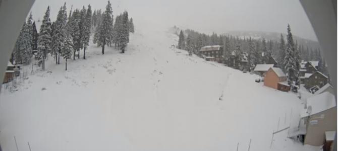 Карпати рясно засипало снігом (фото)