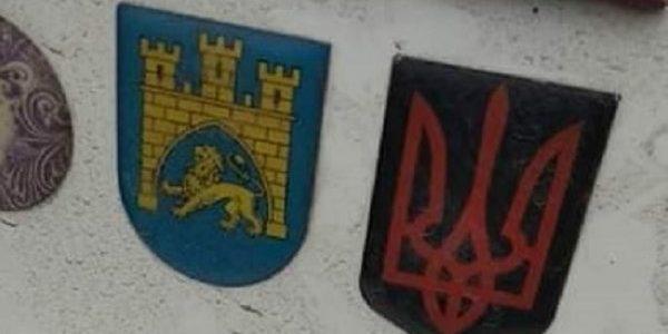 Польська поліція порушила справу проти львів'янина через наклейку з тризубом на авто