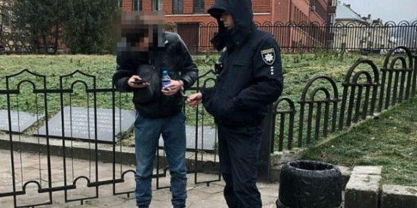 Львів'янин вкрав телефон у пасажирки маршрутки і на колінах просив у неї вибачення