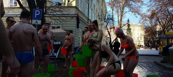 Мороз по шкірі: Як на Водохрестя львів'яни водою обливалися (відео)