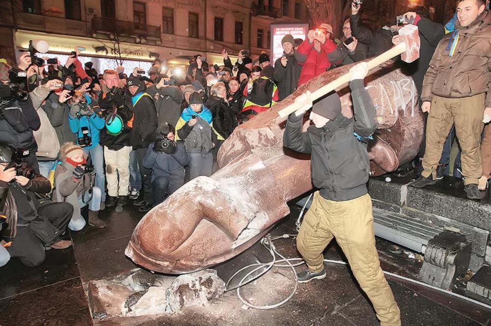 8 грудня, Леніна повалили. Фото Sergei Chuzavkov / AP.