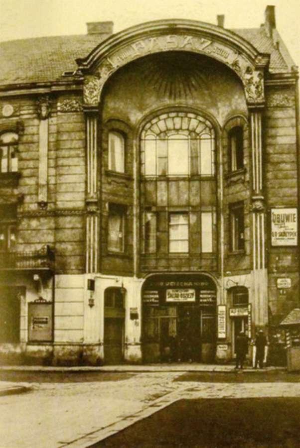 """Вхід до пасажу Міколяша від нинішньої вулиці Вороного. Над входом вивіска кінотеатру """"Втіха"""". Фото міжвоєнної доби"""