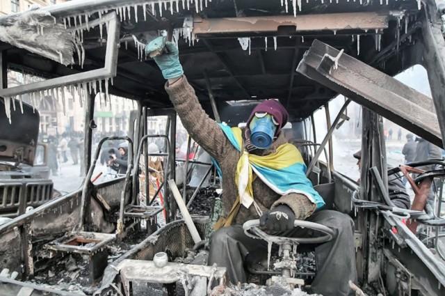 20 січня, патріот у згорілому автобусі. Фото worldnewsviews.com.