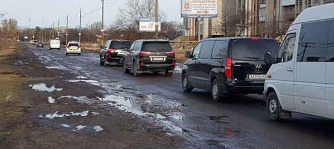 Як кортеж Порошенка по ямах на дорогах Львівщини їздив (відео)