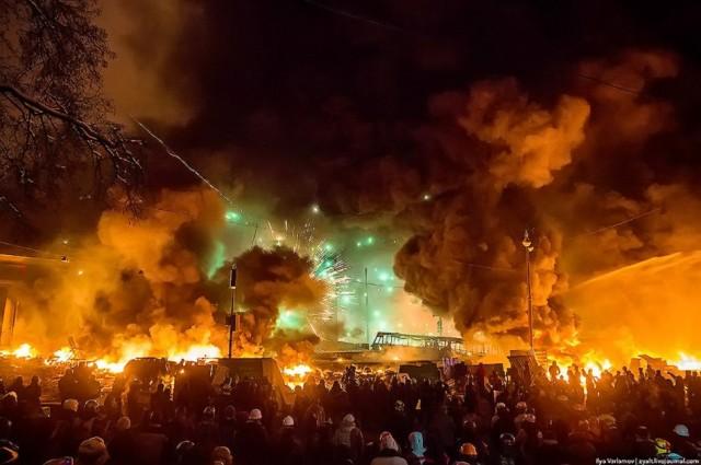 Ніч з 22 на 23 січня, феєрверки та гранати. Фото Іллі Варламова, zyalt.livejournal.com.