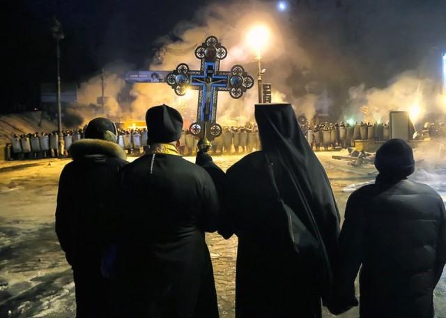 24 січня, священики перед кордоном ВВ і Беркута. Фото з сайту ukraine-revolution.tumblr.com.