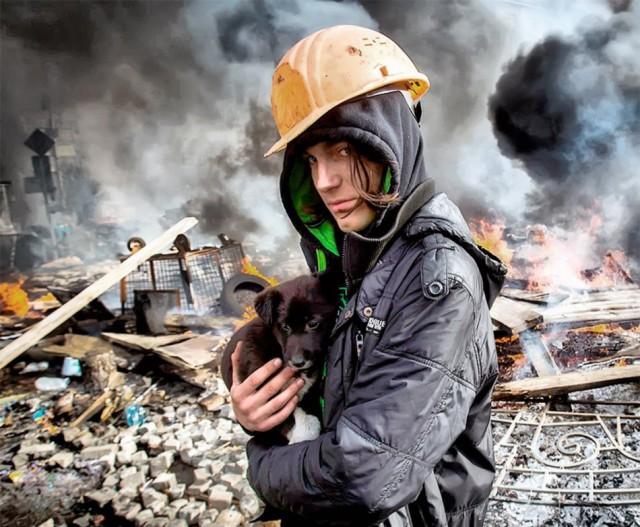 20 лютого, на тлі зруйнованого центру міста. Фото Максима Люкова, kp.ua.