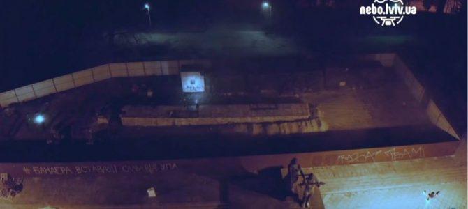 Декомунізація в дії: Як у Львові радянський монумент валили (відео)
